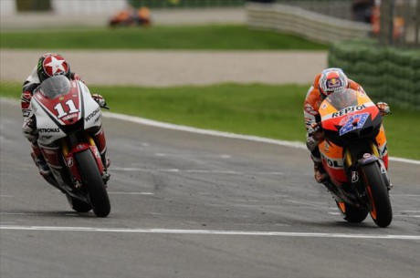 Casey-Stoner-won-the-MotoGP-Valencia-2011-only-0.015-seconds-ahead-of-Ben-Spies.